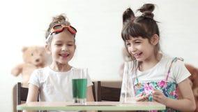 Vetenskap för barn` s Barn för ett kemiskt experiment hemma blandning av jod och väteperoxid stock video