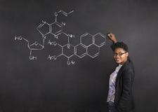 Vetenskap för handstil för afrikansk amerikankvinnalärare på bakgrund för kritasvartbräde arkivbild