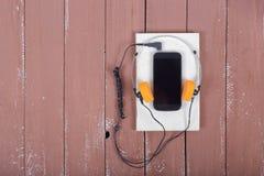 Vetenskap och utbildning - Audiobook Smartphone bästa sikt på woen Royaltyfri Fotografi