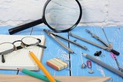 Vetenskap och utbildning Skrivbords- forskareobjekt på träbackgr royaltyfria foton