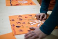 Vetenskaplig aktivitet för barn, teckning och collage av bonen royaltyfria foton