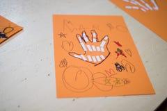 Vetenskaplig aktivitet för barn, teckning och collage av bonen fotografering för bildbyråer