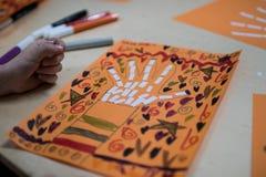 Vetenskaplig aktivitet för barn, teckning och collage av bonen royaltyfria bilder