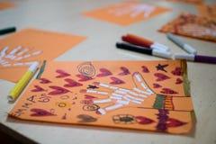 Vetenskaplig aktivitet för barn, teckning och collage av bonen royaltyfri fotografi