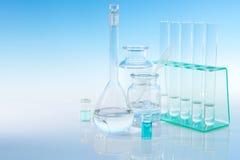 Vetenskaplig bakgrund med laboratoriumglasföremål, textutrymme Arkivfoton