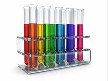 Cientific forskning. Glass provrör med reagenten Arkivfoto