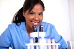 Vetenskaplig kvinna som ser dig Arkivbild