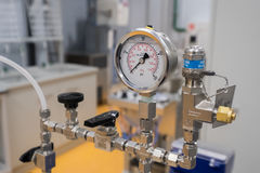 Vetenskaplig utrustning i ett nytt laboratorium Arkivbild
