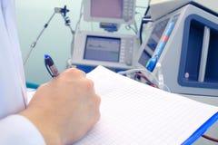 Vetenskapligt arbete med medicinsk utrustning arkivfoton