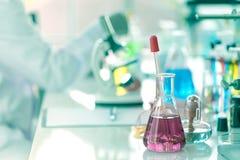 Vetenskapligt laboratorium för utveckling av mediciner och scientifien royaltyfri foto
