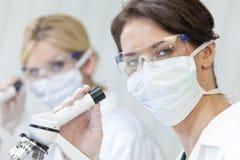 vetenskapligt lag för kvinnliglaboratorforskning arkivbild