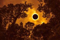 Vetenskapligt naturligt fenomen Sammanlagd sol- förmörkelse som glöder på sk royaltyfri fotografi
