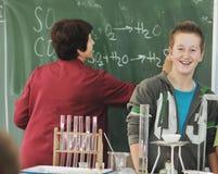 Vetenskaps- och kemiclassees på skolan Arkivfoto