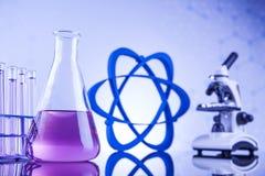 Vetenskapsbegrepp, kemisk laboratoriumglasföremål Arkivfoton