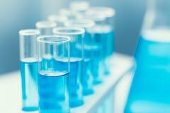 Vetenskapskemikalien i blått för glass rör färgar i forskninglabb royaltyfria foton
