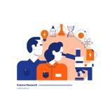 Vetenskapslabb, vetenskaplig forskningslaboratorium, man och kvinna som ser i mikroskop Royaltyfria Bilder