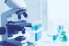 Vetenskapsmikroskopkemikalie i forskninglabb royaltyfria bilder