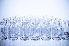 Vetenskapssmå medicinflaskor i rader, kyler tonen Royaltyfri Bild