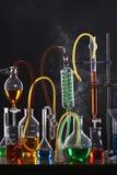Vetenskapsutrustning inklusive provrör och flaskor fotografering för bildbyråer