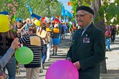 Veteran för världskrig II i demonstrationen för Maj dag i Volgograd Arkivbilder