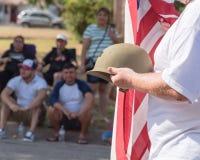 Veteran med USA-flaggan och WWI-hjälmen ståtar på Fotografering för Bildbyråer