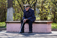 A veteran sits on the bench. Royalty Free Stock Photos