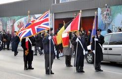 Veteranen met vlaggen vóór het begin van Parade Stock Foto's