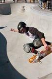 Veteranen-Skateboardfahrer ergreift Brett-anziehende Luft in der Schüssel Lizenzfreie Stockfotos
