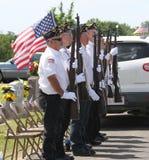 Veterani ad attenzione, cimitero della città di Sallisaw, Memorial Day, il 29 maggio 2017 Fotografie Stock