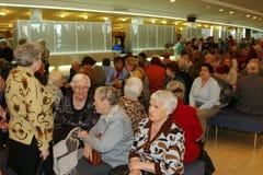 Veterani, disattivati e anziani, pensionati, spettatori del concerto di carità Fotografie Stock Libere da Diritti