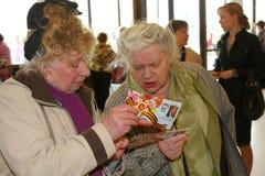 Veterani, disattivati e anziani, pensionati, spettatori del concerto di carità Fotografia Stock