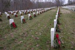 Veterankyrkogård med kransar på varje grav royaltyfri foto