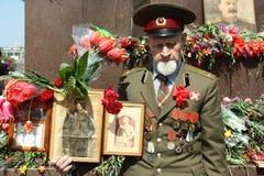 Veterano con desfile de la victoria de las medallas el 9 de mayo Foto de archivo