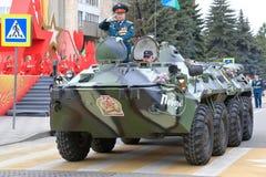 Veterano de operaciones militares en BTR-80 Pyatigorsk, Rusia Foto de archivo