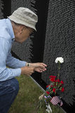 Veterano de Vietnam que visita la pared del monumento de Vietnam Imagen de archivo