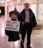 Veterano degli Stati Uniti con la strega dell'effigie di Hillary Clinton Immagine Stock