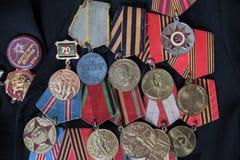 Veterano della seconda guerra mondiale della medaglia su un fondo nero Fotografia Stock