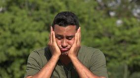 Veterano masculino hispánico infeliz almacen de metraje de vídeo