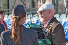 Veterano mayor de la Segunda Guerra Mundial con el acordeón Imagenes de archivo