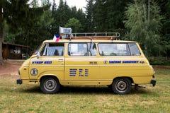 Veterano oldsmobile de Skoda 1203 do carro do vintage com suportes de couro da inscrição da compra foto de stock royalty free
