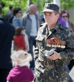 Veterano que marcha en uniforme con las medallas. 9 de mayo. Victory Day. foto de archivo libre de regalías
