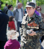 Veterano que marcha no uniforme com medalhas. 9 de maio. Victory Day. Foto de Stock Royalty Free