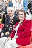 Veterano ruso con la esposa en la celebración en la publicación anual VI del desfile Fotos de archivo libres de regalías