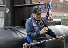 Veterano sottomarino degli Stati Uniti sul galleggiante sottomarino Immagine Stock