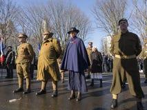 Veteranos de diversos regimientos y militares del vintage de la chica joven y uniformes de la enfermera que llevan imagen de archivo