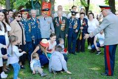 Veteranos de guerra e sua pose das famílias para fotos imagens de stock royalty free