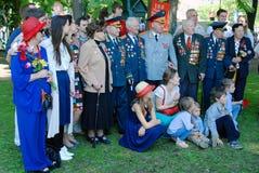 Veteranos de guerra e sua pose das famílias para fotos fotografia de stock