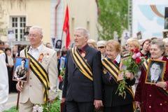Veteranos de guerra em guerras caídas do monumento com as imagens de soldados inoperantes Foto de Stock