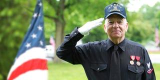 Veteranos de la marina de guerra que saludan en la celebración de Memorial Day Fotos de archivo