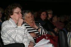 Veteranos, deficiente e pessoas adultas, pensionista, espectadores do concerto da caridade Foto de Stock Royalty Free